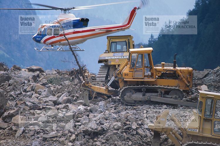 - Valtellina, emergency equipments on the landslide of Coppetto Peak (July 1987)<br /> <br /> - Valtellina, mezzi di soccorso sulla frana di Pizzo Coppetto (luglio 1987)