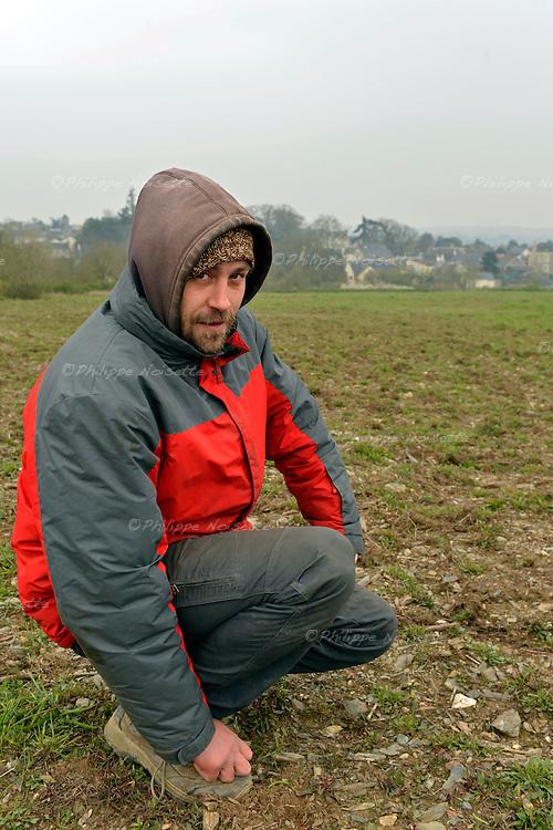 Julien Bresteau, vigneron associé avec Marc Houtin, devant le terrain de la Roche de Mûrs à Murs-Erigné (49) où ils vont replanter des vignes bio sur une colline classée au patrimoine mondial de l'Unesco.