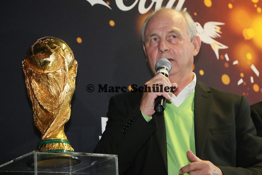 Coupe Jules Rimet auf dem Sockel mit Weltmeister 1974 Bernd Hölzenbein bei der Verabschiedung des WM-Pokals nach Brasilien- Eintracht Frankfurt verabschiedet den WM Pokal