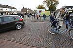 Foto: VidiPhoto<br /> <br /> OPHEUSDEN – De verkeerssituatie bij de reformatorische Rehobothschool in Opheusden. De verkeersproblemen vallen daar mee doordat het mogelijk is om om de school heen te rijden en er daardoor stilzwijgend een soort éénrichtingsroute wordt aangehouden door halende en brengende ouders.
