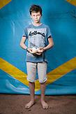 Nikita ist im Augsut 2014 aus seiner Heimat Krsnolutsch, Oblas Lugansk geflohen. Jetzt wohnt er mit seinen Eltern und seiner Schwester Veronik in Charkiw. Die große Stadt gefällt ihm aber er vermisst seine Großeltern sehr, ebenso seinen Cousin,  der noch in Kransolutsch lebt. Regelmäßig telefoniert er mit seinen Verwandten. Er ist nicht sicher, ob er in seine Heimat zurückkehren möchte. Zumindest die Schule in Charkiw, sagt er, sei viel besser als die alte. // Das Flüchtlingswerk der vereinten Nationen geht nach Informationenen des Ukrainischen Sozialministeriums von 1.357918 registirierten Binnenflüchtlingen aus. Die Statistik erfasst jedoch nicht jene, die in den Gebieten leben, die von den prorussischen Separatisten kontrolliert werden. 13 Prozent der ukrainischen Binnenflüchtlinge (IDPs) sind Kinder. Die Hilsoganisation Vostok SOS Schätzt die Zahl der ukrainischen Binnenflüchtlinge auf ca. 2 Millionen. Wer kein Kindergeld oder andere Versorgungsleistungen des States in Anspruch nehmen kann, lässt sich nicht registrieren. Qullen: http://vostok-sos.org // http://reliefweb.int/sites/reliefweb.int/files/resources/gpc_factsheet_june_2015_en_0.pdf