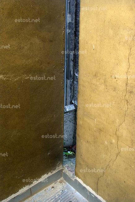 """UNGARN, 04.2009.Budapest - VII. Bezirk .Reste der Ghettomauer (Judenvernichtung 1944/45) im  alten Juedischen Viertel der Elisabethstadt (Erzs?betv?ros):  Blick auf die verschlossene ...ffnung zwischen den Haeusern  Kertesz utca 28/30 (ausserhalb) und Akacfa utca 43 (innerhalb). Die Ghettogrenze verlief in Budapest nicht entlang von Strassen, sondern wurde hinter den Haeusern ueber Brandwaende und entsprechend verstaerkte Hofmauern gefuehrt, was Aufwand und Sichtbarkeit minimierte..Remains of the Ghetto wall (Holocaust 1944/45) in the old Jewish quarter of the """"Elizabethtown"""" district: View of the sealed-off opening between houses Kertesz street 28/30 (outside) and Akacfa street 43 (inside). The ghetto boundary in Budapest did not follow open streets, but was drawn behind the houses using party walls and reinforced courtyard walls, thus minimizing effort and visibility..© Martin Fej?r/EST&OST"""