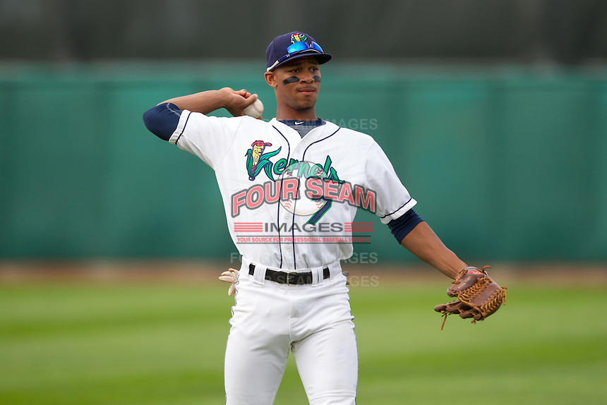 Cedar Rapids Kernels outfielder Byron Buxton #7 throws prior to a game against the Kane County Cougars at Veterans Memorial Stadium on June 8, 2013 in Cedar Rapids, Iowa. (Brace Hemmelgarn/Four Seam Images)