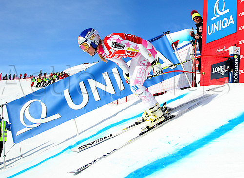 13.01.2013. St Anton, Austria.  Ski Alpine FIS World Cup Super G for women Picture shows Lindsey Vonn USA at the Start building