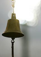 Die Runden-Glocke vor dem Stadion-Flutlicht. Foto: Jan Kaefer / aif