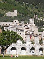 Italien, Umbrien, Gubbio: mittelalterliche Stadt mit dem Palazzo dei Consoli - Konsulenpalast | Italy, Umbria, Gubbio: medieval town with Palazzo dei Consoli