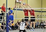 2015-10-24 / volleybal / seizoen 2015-2016 / Geel - Elen / Lantin (l) (Elen) slaat voorbij het blok van Wynants (m) (Geel) en Dionys (r) (Geel)