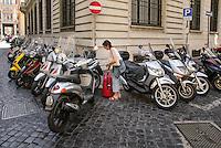 Parcheggio selvaggio di motorini nel centro storico di Roma<br /> Barbarian parking in Rome downtown
