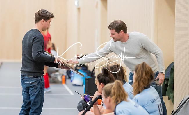 DELFT - coaches Frank Balvers met Tijs Roozendaal (Laren). tijdens de zaalhockey competitiewedstrijd Laren-Nijmegen. COPYRIGHT KOEN SUYK