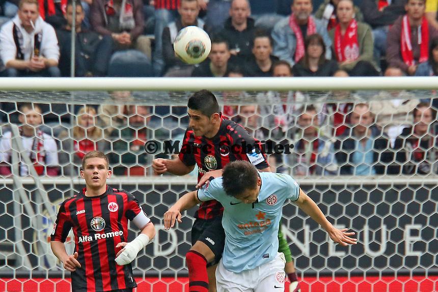 Carlos Zambrano (Eintracht) klaert gegen Ja-Choel Koo (Mainz) - Eintracht Frankfurt vs. 1. FSV Mainz 05