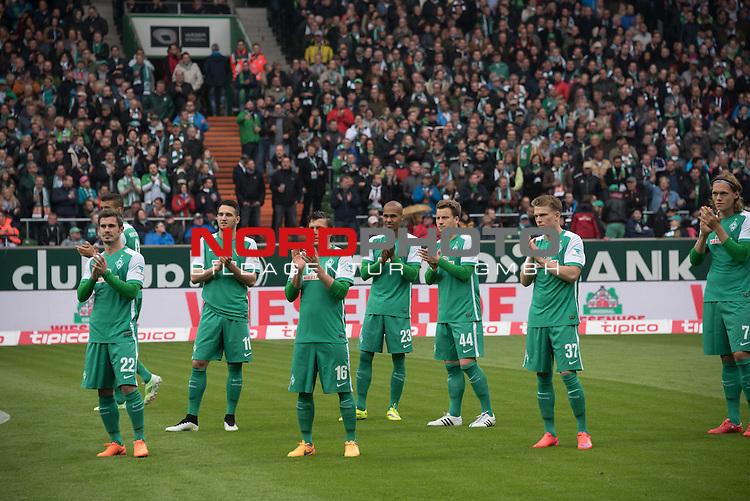 16.05.2015, Weser Stadion, Bremen, GER, 1.FBL. Werder Bremen vs Borussia Moenchengladbach, im Bild<br /> <br /> Beifall von der 'Mannschaft bei der Verabschiedung<br /> <br /> Foto &copy; nordphoto / Kokenge