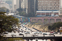 ATENÇÃO EDITOR: FOTO EMBARGADA PARA VEÍCULOS INTERNACIONAIS. SAO PAULO, SP, 05 SETEMBRO DE 2012 - TRANSITO - Transito intenso na ligacao leste-oeste na regiao do bairro da Liberdade, regiao central da cidade,nesta tarde de quarta-feira (5) . FOTO  RICARDO LOU - BRAZIL PHOTO PRESS