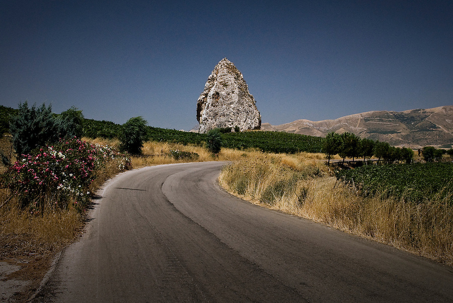 The Pietra Longa Rock, also used as the symbol for one of the CentoPassi white wines, the Grillo Rocce di Pietra Longa, dedicated to Nicolò Azoti, a trade unionist assassineated by the mafia. / Il sasso di Pietra Longa, simbolo di uno dei vini bianchi della cooperativa: il Grillo Rocce di Pietra Longa, dedicato a Nicolò Azoti, sindacalista assassinato dalla mafia.
