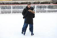 NOVA YORK, EUA, 14.02.2019 - DIA-NAMORADOS - Um homem pediu a sua namorada em casamento na pista de patinação do Rockefeller Center na Ilha de Manhattan, em Nova York, nesta quinta-feira, 14. Dia de São Valentim (Dia dos Namorados) . (Foto: William Volcov/Brazil Photo Press)