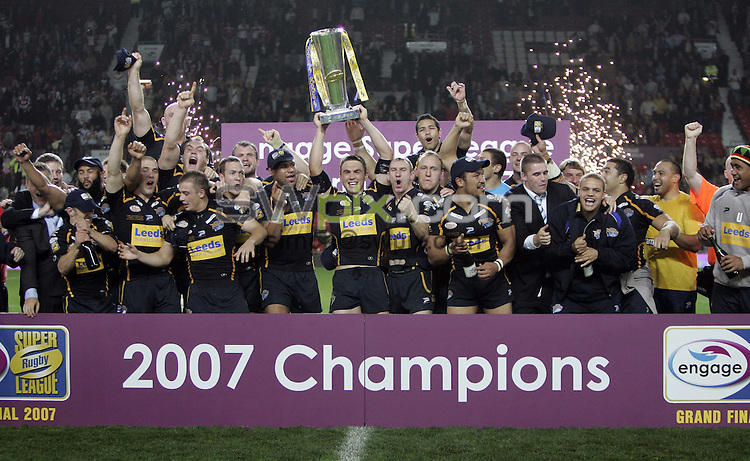 PICTURE BY BEN DUFFY/SWPIX.COM - Rugby League - Super League Grand Final 2007 - St. Helens Saints v Leeds Rhinos - Old Trafford, Manchester, England - 13/10/07...Copyright - Simon Wilkinson - 07811267706..Leeds celebrate winning the Super League trophy