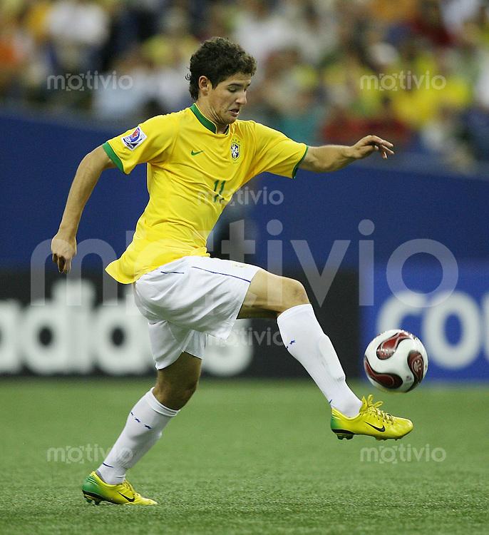 Fussball International U 20 WM  Eroeffnungsspiel 30.06.2007 Polen 1-0 Brasilien  Alexandre Pato  (BRA) am Ball