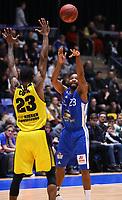 Quantez Robertson (Fraport Skyliners) gegen Elgin Cook (MHP Riesen Ludwigsburg) - 04.02.2018: Fraport Skyliners vs. MHP Riesen Ludwigsburg, Fraport Arena Frankfurt