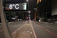SAO PAULO, SP, 24/07/2013, FRIO SAO PAULO. Os termometros que ficam na Av Paulista, marcavam 8 graus na madrugada dessa quarta-feira (24). LUIZ GUARNIERI/BRAZIL PHOTO PRESS.