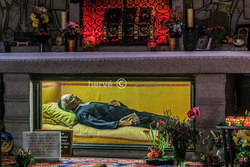 France, Haute-Loire (43), Saugues, la collégiale Saint-Médard, la châsse de saint Bénilde sur l'autel et gisant // France, Haute Loire, Saugues, Saint Medard church, the shrine of Saint Benilde on the altar and lying