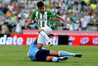 MEDELLÍN -COLOMBIA-11-JUNIO-2016.Sherman Cardenas (Der.) de Atlético Nacional  disputa el balón con  el Atlético Junior   durante partido por la semifinal-semifinal vuelta de la Liga Águila I 2016 jugado en el estadio Atanasio Girardot ./ Sherman Cardenas (R) of Atletico Nacional  for the ball with of Atletico Junior  during the match for the semifinal of  the Aguila League I 2016 played at Atanasio Girardot  stadium in Medellin . Photo: VizzorImage / León Monsalve  / Contribuidor