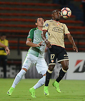 MEDELLIN  -  COLOMBIA - 25 - 05 - 2017: Daniel Bocanegra (Izq.) jugador de Atletico Nacional, disputa el balón con Marcos Caicedo (Der.) jugador de Barcelona, durante partido de la fase de grupos, grupo 1 fecha 6, entre Atletico Nacional de Colombia y Barcelona de Ecuador, por la Copa Conmebol Libertadores Bridgestone 2017, en el Estadio Atanasio Girardot, de la ciudad de Medellin. / Daniel Bocanegra (L) player of Atletico Nacional, vies for the ball with Marcos Caicedo (R) of Barcelona, during a match for the group stage, group 1 of the date 6th, between Atletico Nacional of Colombia and Barcelona of Ecuador, for the Conmebol Libertadores Bridgestone Cup 2017, at the Atanasio Girardot, Stadium, in Medellin city. Photos: VizzorImage / Leon Monsalve / Cont.