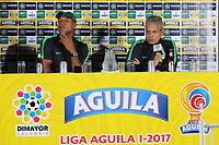 CALI - COLOMBIA, 13-06-2017: Alexis Henriquez, jugador y Reinaldo Rueda, técnico, del Nacional durante rueda de prensa previo al partido de ida  entre el Deportivo Cali y Atlético Nacionali por la final de la Liga Aguila I 2017 a jugarse mañana, 14 de junio de 2017, en el estadio Palmaseca de Cali. / Alexis Henriquez, player, and Reinaldo Rueda, coach, of Nacional during the press conference prior the first leg match between Deportivo Cali and Atletico Nacional for the final of the Aguila League I 2017 that to be held tomorrow, 14 of june 2017, at Palmaseca stadium in Cali.  Photo: VizzorImage/ Nelson Rios /Cont
