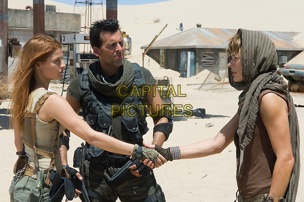 Ali Larter, Oded Fehr & Milla Jovovich.in Resident Evil: Extinction.*Filmstill - Editorial Use Only*.CAP/NFS.Supplied by Capital Pictures.