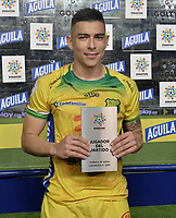 CALI - COLOMBIA, 02-10-2019: Harold Rivera del Huila recibe el premio al mejor jugador después del partido por la fecha 14 de la Liga Águila II 2019 entre América Cali y Atlético Huila jugado en el estadio Pascual Guerrero de la ciudad de Cali. / Harold Rivera of Huila receives the best player award after match for the date 14 as part of Aguila League II 2019 between America de Cali and Atletico Huila played at Pascual Guerrero stadium in Cali. Photo: VizzorImage / Gabriel Aponte / Staff