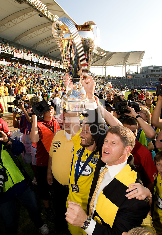 Frankie Hejduk. left, and Columbus Crew owner Clark Hunt, right, hold up the MLS Cup Trophy after winning the MLS Cup 2008, Columbus Crew 3-1 over the New York Red Bulls, Sunday, November 23, 2008.