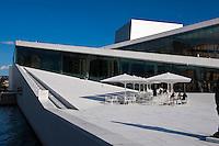 Oper (Operahuset) in der Bjørvika-Bucht erbaut vom Büro Snøhetta, Oslo, Norwegen