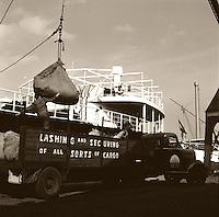 Dokwerkers in de haven van Antwerpen in 1966.