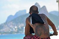 RIO DE JANEIRO, RJ, 14.03.2016 - CLIMA-RJ - Banhistas são vistos na praia do Apoador na cidade zona sul da cidade do Rio de Janeiro nesta segunda-feira, 14. (Foto: Humberto Ohara/Brazil Photo Press)