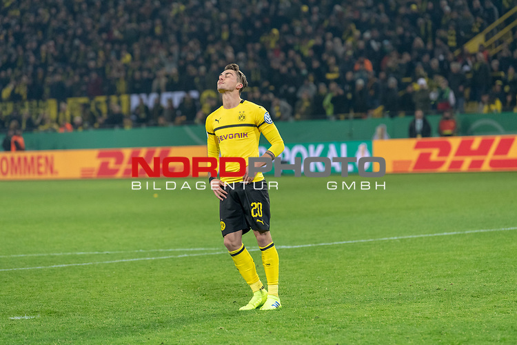 05.02.2019, Signal Iduna Park, Dortmund, GER, DFB-Pokal, Achtelfinale, Borussia Dortmund vs Werder Bremen<br /> <br /> DFB REGULATIONS PROHIBIT ANY USE OF PHOTOGRAPHS AS IMAGE SEQUENCES AND/OR QUASI-VIDEO.<br /> <br /> im Bild / picture shows<br /> Elfmeterschiessen<br /> enttäuscht / enttaeuscht / traurig <br /> Maximilian Philipp<br /> <br /> Foto © nordphoto / Ewert