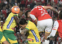 BOGOTÁ -COLOMBIA, 18-02-2017. Jose David Moya (#3) jugador de Santa Fe cabecea para anotar gol al Huila durante el encuentro de vuelta entre Independiente Santa Fe y Atlético Huila partido por la fecha 4 de la Liga Aguila I 2017 jugado en el estadio Nemesio Camacho El Campin de la ciudad de Bogota. / Jose David Moya (#3) player of Santa Fe header the ball to score a goal to Huila during the final second leg match between Independiente Santa Fe and Atletico Huila for date 4 of the Aguila League I 2017 played at the Nemesio Camacho El Campin Stadium in Bogota city. Photo: VizzorImage/ Gabriel Aponte / Staff