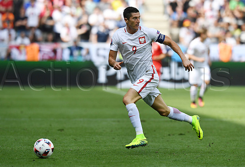 25.06.2016, Stade Geoffroy-Guichard, Saint-Etienne, France.  Robert Lewandowski of Poland in action during the UEFA EURO 2016 Round of 16 soccer match between Switzerland and Poland at the Geoffroy Guichard stadium in Saint-Etienne, France, 25 June 2016.