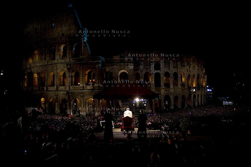 Papa Francesco durante la celebrazione della sua prima Via Crucis al Colosseo.