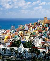 Spanien, Kanarische Inseln, Gran Canaria, Las Palmas: Blick ueber die Stadt mit ihren neuen, bunten Haeusern | Spain, Canary Island, Gran Canaria, Las Palmas: view across town with new, coloured houses