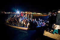 Una barca carica di immigrati Tunisini arriva nel porto di Lampedusa.<br />