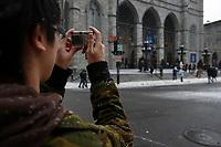 MODEL RELEASED PHOTO.<br /> A fourteen (14) year old asian male teenager, from China  take pictures of the Notre-Dame Basilica in Old-Montreal, with a Canon SD300 small digital Camera in December<br /> <br /> Un jeune adolescent de quatorze (14) ans d'origine Chinoise photographie la Basilique Notre-Dame dans le Vieux-Montréal avec une caméra numérique compacte CANON SD-300, en hiver.<br /> <br /> Photo : Pierre Roussel / Images Distribution
