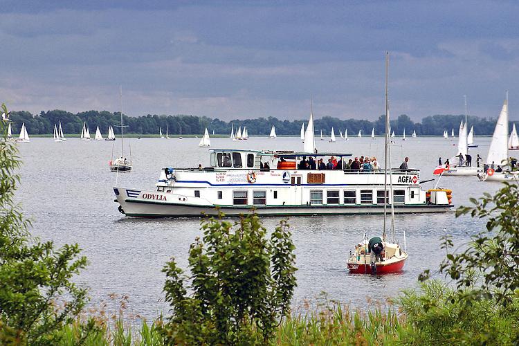Mikołajki, 2006-05-07. Żaglówki i statek wycieczkowy na Jeziorze Mikołajskim