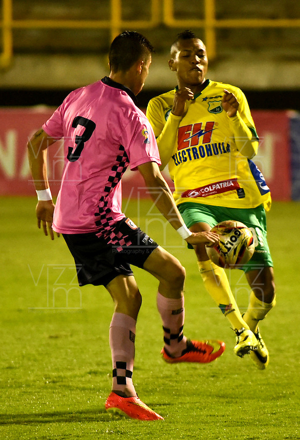 TUNJA - COLOMBIA -28-10-2016: Jhon Peña (Izq.) jugador de Boyaca Chico FC disputa el balón con Stiven Quiñonez (Der.) jugador de Atletico Huila, durante partido Boyaca Chico FC y Atletico Huila, de la fecha 18 de la Liga Aguila II-2016, jugado en el estadio La Independencia de la ciudad de Tunja. / Jhon Peña (L) player of Boyaca Chico FC vies for the ball with Stiven Quiñonez (R) jugador of Atletico Huila, during a match Boyaca Chico FC and Atletico Huila, for the date 18 of the Liga Aguila II-2016 at the La Independencia  stadium in Tunja city, Photo: VizzorImage  / Cesar Melgarejo / Cont.