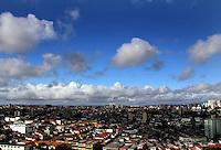 SAO PAULO, 29 DE JANEIRO 2012. CLIMA TEMPO. Ceu azul com poucas nuvens na regiao do Aeroporto de Congonhas, zona sul de SP, na manha deste domingo, 29. (FOTO: MILENE CARDOSO - NEWS FREE)
