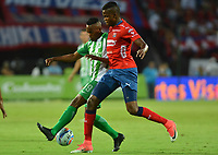 MEDELLÍN - COLOMBIA, 06-10-2018:  Larry Angulo (Der) jugador del Medellín disputa el balón con Yerson Candelo (Izq) de Atletico Nacional durante el partido entre Deportivo Independiente Medellín y Atletico Nacional por la fecha 13 de la Liga Águila II 2018 jugado en el estadio Atanasio Girardot de la ciudad de Medellín. / Larry Angulo (R) player of Medellin vies for the ball with Yerson Candelo (L) player of Atletico Nacional during match between Deportivo Independiente Medellin and Atletico Nacional for the date 13 of the Aguila League II 2018 played at Atanasio Girardot stadium in Medellin city. Photo: VizzorImage/ León Monsalve / Cont