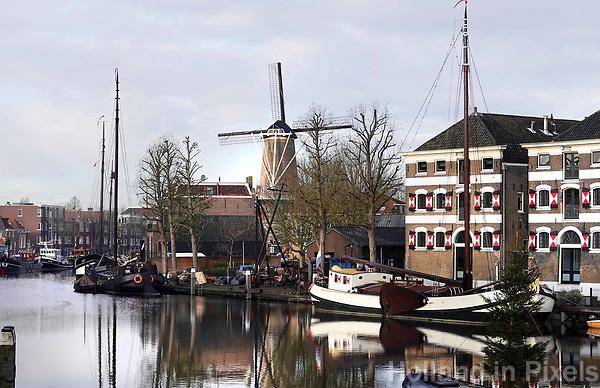 Nederland - Gouda - December 2018.   Schepen in de Museumhaven. Molen de Roode Leeuw.   Foto Berlinda van Dam