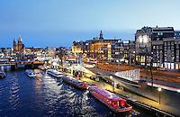 Nederland Amsterdam 2016 . De Prins Hendrikkade bij avond. Foto Berlinda van Dam / Hollandse Hoogte