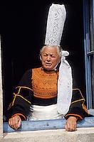 Europe/France/Bretagne/29/Finistère/Pont-L'Abbé: Maria la bigoudène à la fenêtre de sa maison [Non destiné à un usage publicitaire - Not intended for an advertising use] [Non destiné à un usage publicitaire - Not intended for an advertising use]