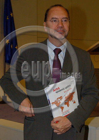 Brussels-Belgium - November 23, 2004---Dr Peter PIOT, Executive Director of UNAIDS and Under Secretary-General of the United Nations, and Louis MICHEL, European Commissioner in charge of Development and Humanitarian Aid, launch the 'AIDS-epidemic update 2004', in the press room of 'Berlaymont', Headquarters of the EC; here, Peter PIOT with the report---Photo: Horst Wagner/eup-images