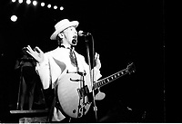 KID CREOLE AND THE COCONUTS . CHANTEUR . ROCK . CONCERT . CASINO DE DEAUVILLE . 18 AOUT1987 .