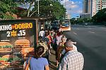 Transporte publico. Passageiros em ponto de onibus, Avenida Doutor Arnaldo, Sao Paulo. 2018. Foto © Juca Martins.