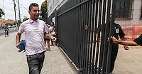 ATENCAO EDITOR IMAGEM EMBARGADA PARA VEICULOS INTERNACIONAIS - SAO PAULO, SP, 04 NOVEMBRO 2012 - ENEM 2012 - SAO PAULO - <br /> Entrada de estudantes para o segundo dia de provas do Exame Nacional do Ensino Médio (Enem) na FATEC Bom Retiro, no centro de São Paulo, neste domingo (04). (FOTO: WILLIAM VOLCOV / BRAZIL PHOTO PRESS).